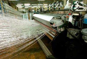 Telar produciendo mallas de fibra de vidrio
